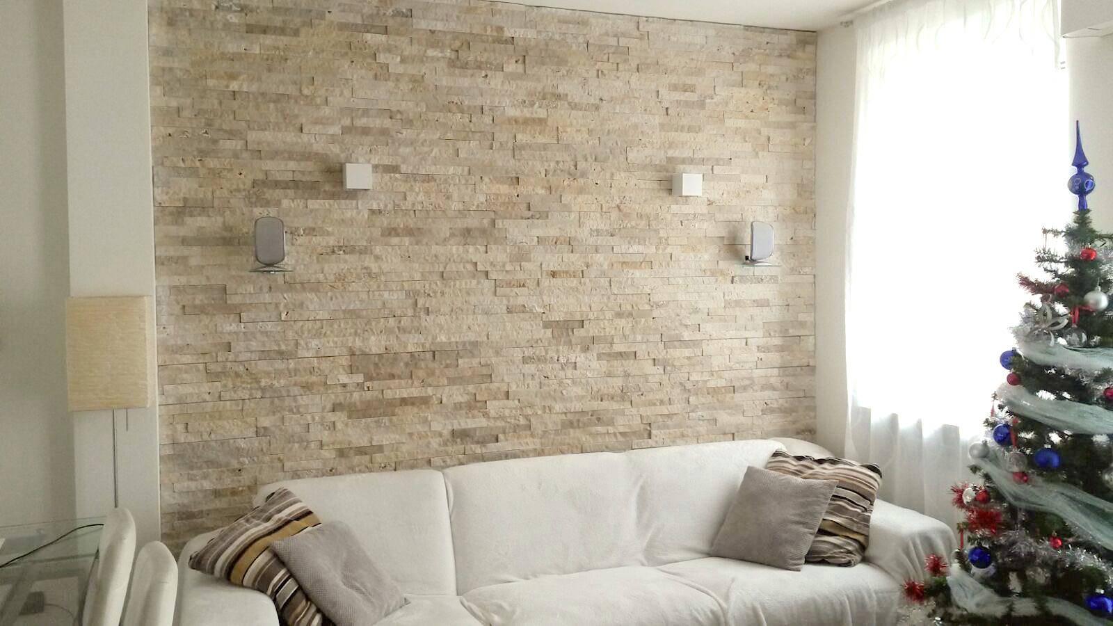 rivestimento-pietra-travertino-soggiorno-muro-parete-offerte-prezzi-pietrarredo-milano-pannelli-listelli