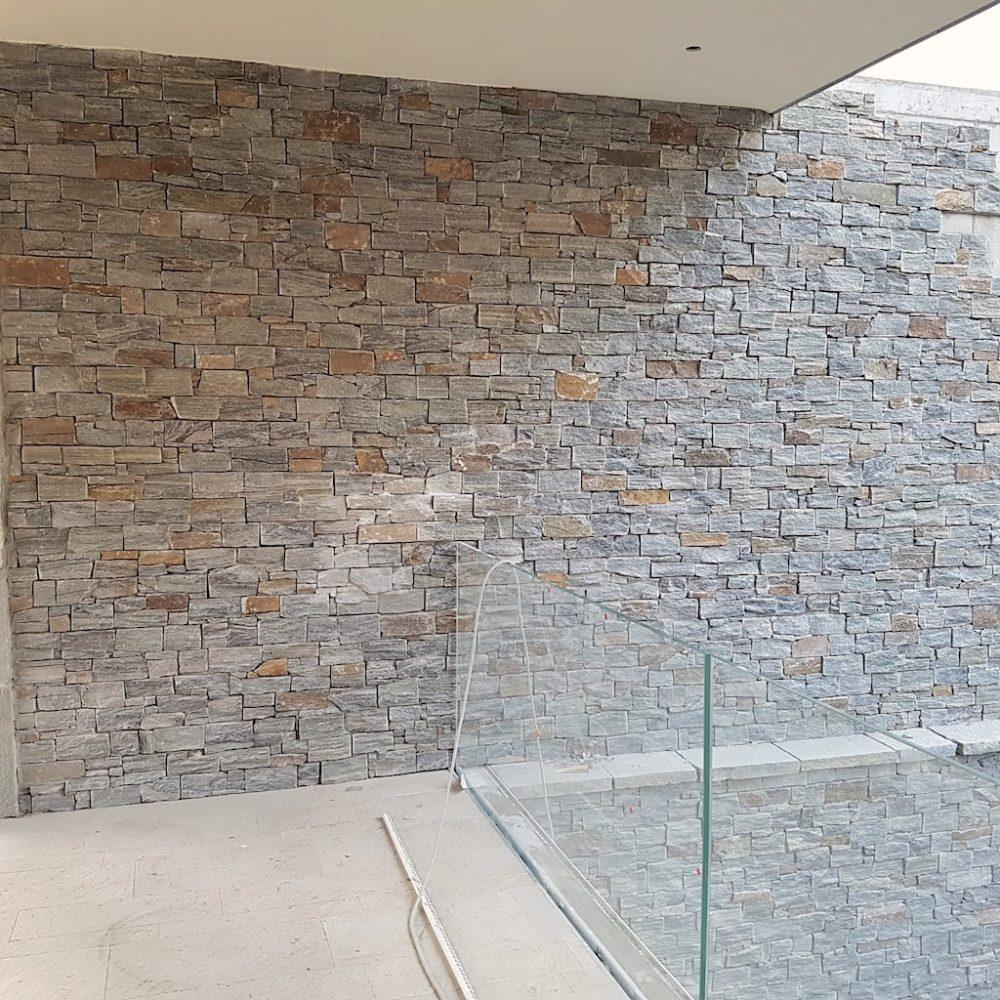 parete-elegante-pietra-rivestita-muro-quarzite-luserna-secco-pietrarredo-milano