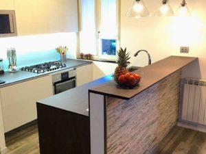 rivestimento-penisola-cucina-taverna-pietra-ricostruita-naturale-geopietra-scaglia-spaccatello-costo-prezzo-liste