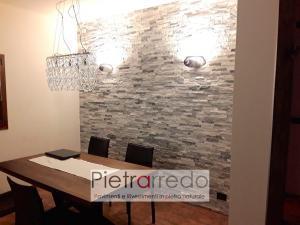 parete soggiorno rivestimento sasso pietra quarzite ghiaccio grigio bianco brillante
