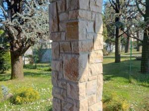rivestimento in pietra naturale da incollare beige marrone credaro grezza rustica pietrarredo costo milano