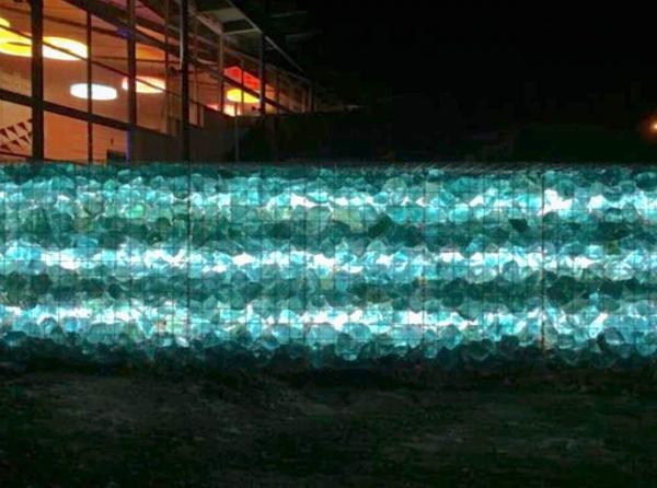 muro di conta decorato creto con gabbioni in rete zincata con vetro blu turchese ciottolo granulati zandobbio prezzo pietrarredo milano