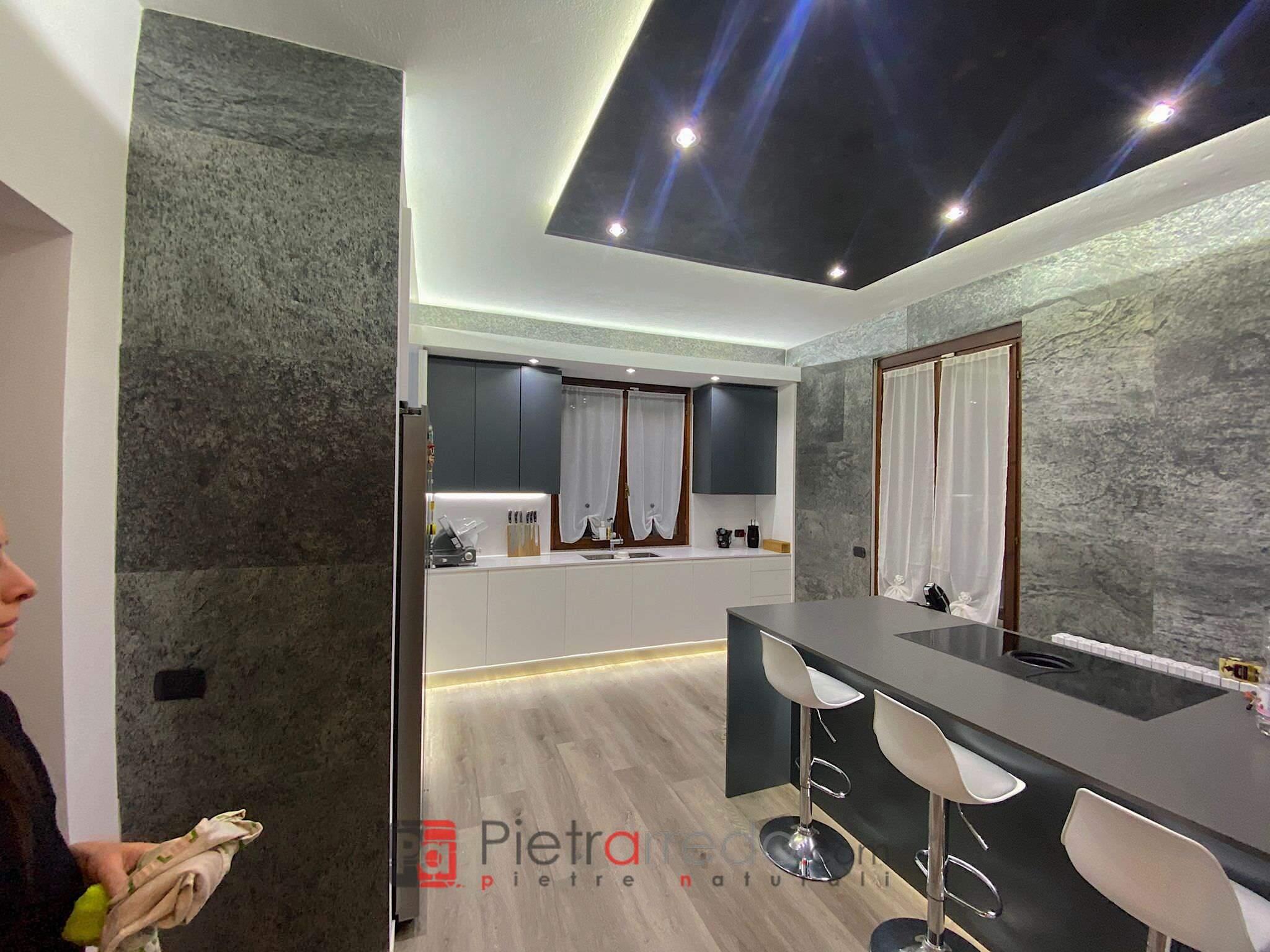 parete cucina mobile rivestita con foglio silver shine stone veener sheet slim pietrarredo milano costo price