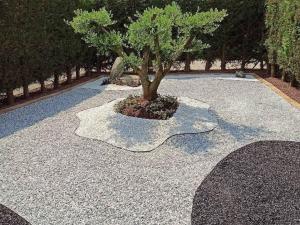 bellissimo giardino decorato in sassolini gjiaia colorata stone garden nero ebano bianco carrara city prezzo pietrarredo milano
