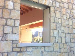 Parete e facciata con pietra sasso naturale pietrarredo antiqua squadrato rettangolare quadrato scorza trani pugliese