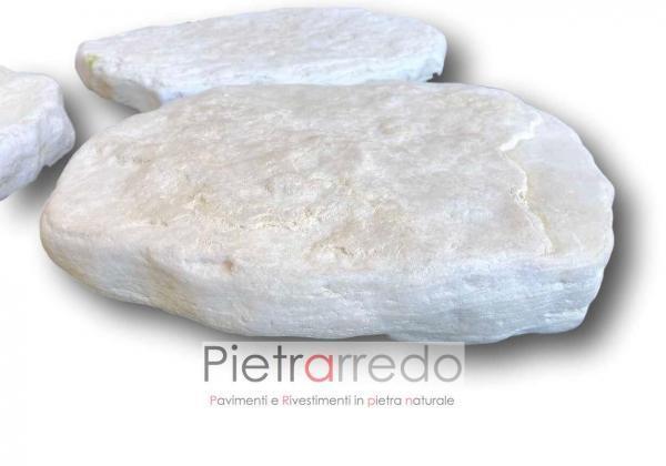 lastre in pietra passi giapponesi colore bianco spazzolato anticato pietrarredo milano sassi per passaggio viale giardino prato