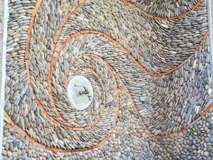 rivestimento con piattine di fiume ciottolo ticino decorazione artistica fontana prezzo pietrarredo